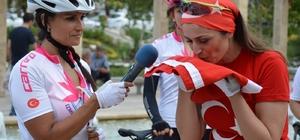 Kadınlar zafere doğru pedal çeviriyor 'Türk Kadının Zaferi' bisiklet turunda bayrak Manisalı kadınlarda Bayrağı İzmirli kadınlardan teslim alan Manisalı kadınlar emaneti Balıkesirli kadınlara teslim edecek
