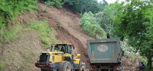 Tonlarca toprak yola indi, ağaçlar kökünden söküldü Düzce'de meydana gelen heyelan, yolu trafiğe kapattı