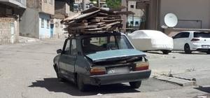 Kalıp tahtaları yüklenen otomobil tehlike saçtı