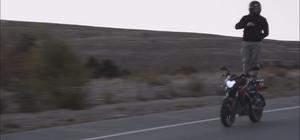Motosiklet tutkunundan yürekleri ağza getiren hareketler