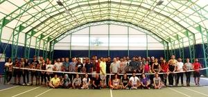 MSKÜ'de Tenis antrenörlük kursu Muğla Sıtkı Koçman Üniversitesi Spor Bilimleri Fakültesi tarafından açılan Tenis 1. Kademe antrenörlük kursuna 56 kursiyer katılıyor.