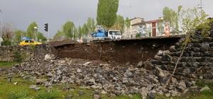 Erzurumlular çamurlu suyla dolan evlerini temizliyor