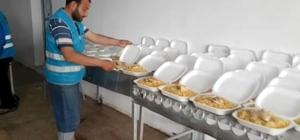Sınır ötesinde kurulan mutfakta 3 bin kişiye iftar çıkarılıyor Ramazan boyu devam edecek olan yemek ikramı bayramdan sonra da devam edecek