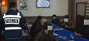 Kocaeli polisinden Ramazan ayında kumar baskını Kumar oynayan 59 şahsa 15 bin 281 TL para cezası verildi