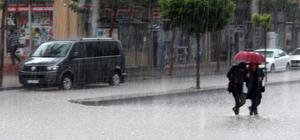 Van'da kuvvetli yağış ve dolu hayatı felç etti Aniden bastıran yağış, caddeleri gölete çevirdi