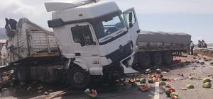 Karpuz yüklü tır kargo tırına çarptı: 1 yaralı Tırlardaki malzemeler Karadeniz sahil yoluna saçıldı