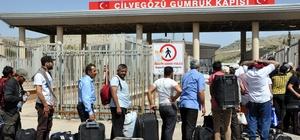 Suriyeliler bayramlaşmak için ülkelerine gitmeye başladı Dün başlayan çıkışlarda, 2 gün içerisinde yaklaşık 10 bin kişi Suriye tarafına geçti