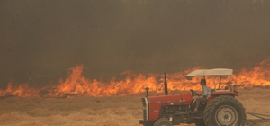 Denizli'de orman yangını kontrol altına alındı Yangın esnasında içerisinde 3 kişinin bulunduğu bir arazöz alevlerin ortasında kalmaktan son anda kurtuldu Yangına 3 helikopter, 1 uçak ve 20'ye yakın arazöz müdahale etti