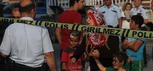 Adana'da 2 kişinin öldüğü, 7 kişinin yaralandığı olayın detayları ortaya çıktı Adana'da 2 kardeşin öldüğü, 2'si ağır 7 kişinin yaralandığı olayın pikabı park etmek yüzünden çıktığı, sürücünün kendisiyle tartışan şahıslara kurşun yağdırdığı, karşı tarafın ise bıçak, balta ve sopalarla saldırdığı öğrenildi Pazar yeri girişinde çıkan silahlı kavgada, pazarda çalışan 12 yaşındaki bir çocuğun ağır yaralandığı, ayrıca pazara alışverişe gelen bir kişinin de yaralandığı belirlendi Silahına sarılıp herkese ateş eden şahsın ise balta ile başından ve omuzundan yaralandığı ortaya çıktı