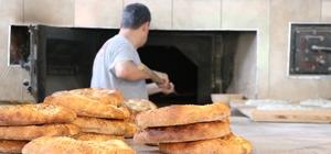 270 derecede çalışan fırının başında oruç tutuyorlar Kahramanmaraş'ta fırın ustaları fırının 270 derece sıcaklığının karşısında hem oruç tutuyor hem de 18 saat çalışıyorlar