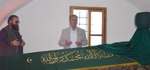 """Ramazan'da Şeyh Edebali Türbesi'ne ziyaretçi akını Tarihi Orhangazi Cami'nde teravih namazı sonrası 700 yıllık gelenek yaşatılıyor Şeyh Edebali Yerleşkesi Alan Sorumlusu Engin Beyce; """"Bu bölgede Şeyh Edebali Hazretlerinin eşinin ve Osmangazi'nin de eşi olan kızının türbesi bulunmakta"""" """"Ramazan'da gündüz biraz sakin oluyor ama akşamüstü yoğunluk yaşanıyor"""" """"Ramazan ayının ilk haftasında ziyaretçi sayımız 250 bine yaklaştı"""" """"700 yıllık geleneği yaşatıyoruz"""""""