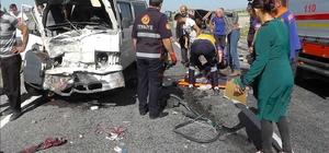 Niğde'de minibüs ile kamyonet çarpıştı: 7 yaralı