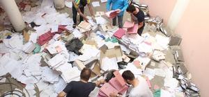 (Özel) İflas eden muhasebeci evrakları yere saçtı, mağdurlar evrak deryasında belge aradı İflas eden muhasebeci, 350 kişinin resmi evrağını iş hanına saçtı, mağdurlar dosyalarını bulabilmek için adeta samanlıkta iğne aradı Dosyalarını bulamazlarsa ceza yiyecekler