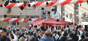 Liseliler 73 yıl sonra kep attı Mersin Mesleki ve Teknik Anadolu Lisesi'nde 73 yıl sonra mezuniyet coşkusu