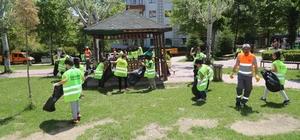 Öğrenciler, parktaki çöpleri toplayarak örnek oldu