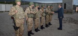 Vali Azizoğlu askerlerle birlikte iftar açtı