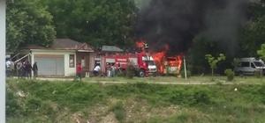 Park halindeki 2 minibüs yanarak kullanılamaz hale geldi