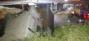 Hızını alamayan tır yol kenarındaki tepeye çıkarak durabildi: 1 yaralı Sürücü uzun uğraşlar sonunda sıkıştığı yerden kurtarıldı