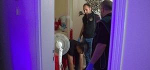 Bursa'da Narkotik ekiplerinin 300 kişiyle düzenlediği şafak baskınında 22 göz altı Tekerlekli sandalyeyle uyuşturucu satıyordu baskında yakalandı