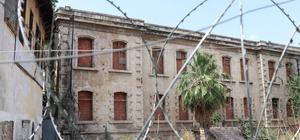 Tarihi emniyet binasını restore etmek yerine pencerelerine tuğla ördüler Adana'da koruma altındaki tarihi emniyet binasının pencerelerini madde bağımlıları girmesin diye tuğlalarla kapattılar Osmanlı döneminde polis okulu olarak inşa edilen, uzun yıllar il emniyet binası olarak kullanıldıktan sonra 1996 yılında PKK'lı kadın teröristin canlı bombalı saldırısına hedef olan ve 2 yıl sonra meydana gelen Ceyhan Depremi'nin ardından günümüze kadar metruk durumda bulunan koruma altındaki taş binanın pencereleri tuğlalarla kapatıldı Çevre esnafı yapının restore edilerek turizme kazandırılması gerektiğini söylerken bölgede çalışan Mimar Işık, yapıyla ilgili herhangi bir çalışmanın hala olmadığını kaydetti