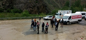 Sel Tortum-Artvin karayolunu trafiğe kapattı