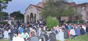 Ayasofya Camisi'nin bahçesinde yer sofrasında iftar yaptılar
