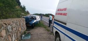 Doluya kapılan otomobil istinat duvarına çarptı