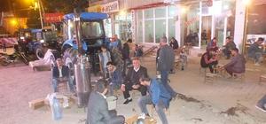 Semaver çayı satarak geçimlerini sağlıyorlar