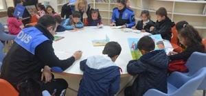 Polis ve köy okulu öğrencileri bir arada kitap okudu