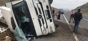 Sürücünün direksiyon hakimiyetini kaybettiği kamyon yan yattı Erzurum-Köprüköy yolunda trafik kazası: 1 yaralı
