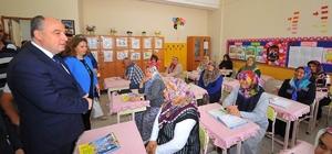 Osmaniye'de açılan okuma yazma kursları ilk mezunlarını verdi Cumhurbaşkanı Recep Tayyip Erdoğan ve eşi Emine Erdoğan'ın öncülüğünde yurt genelinde başlatılan okuma yazma seferberliği kapsamında Osmaniye'de açılan kurslar ilk mezunlarını verdi