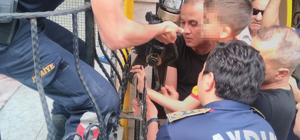 Bileğine saplanan demirle hastaneye kaldırıldı