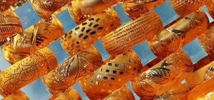Düğünlerde gösteriş için 'kiralık altın' dönemi Altın fiyatlarındaki yükselişten dolayı altın alamayan aileler, gelinin gösterişinden de geri kalmamak için altın kiralıyor Adanalı kuyumcu Yunus Yurt, bir düğün altınının en kötü ihtimalle 50-60 bin liraya mal olduğunu, gücü olmayan insanların gösteriş için kiralık altın aldığını kaydetti Sisteme göre kuyumcudan alınan altınlara verilen senet ya da teminat miktarı, altınlar teslim edildikten sonra geri alınıyor veya altın bedeli peşin alındıktan sonra düğünün ardından yüzde 2 ile 8 arasında kesinti yapılarak iade ediliyor