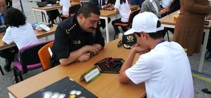 Öğrenciler protokol üyeleriyle zeka oyunları oynadı