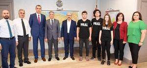 Bilgi yarışmasında Türkiye birincisi olan öğrenciler, Vali Demirtaş'ı ziyaret etti