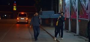 Pahalı nakliyeye karşı pratik öğrenci çözümü Eskişehir'de gece yarısı trafikte gülümseten kareler Görenler gülümseyerek selam verdi Önce taşıdılar, yorulunca üstüne oturdular