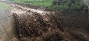 Bursa'da yollar dereye döndü, araçlar yolda kaldı Sağanak yağmur nedeniyle Bursa-Orhaneli yolu kapandı