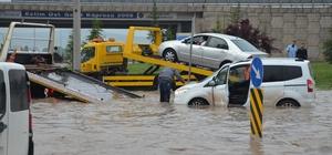 Eskişehir'i sel vurdu Sağanak yağış araçlara geçit vermedi 10 araç çekici yardımıyla suyun içinden çıkarıldı Göle dönen kavşakta vatandaşlar mahsur kaldı