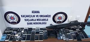 Adana'da kaçak cep telefonu operasyonu: 4 gözaltı Operasyonda piyasa değeri 50 bin lira olan 153 adet cep telefonu, 2 tabanca ve bir av tüfeği ele geçirildi Gözaltına alınan 4 cep telefonu kaçakçısı adli kontrol şartıyla serbest bırakıldı