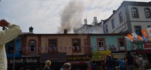 Trabzon'da şehir merkezinde yangın paniği Atatürk Alanındaki bir restoranın bacasında çıkan yangın önce yangın tüpüyle söndürülmeye çalışıldı ancak tüp bitince itfaiye müdahalesi ile söndürülebildi