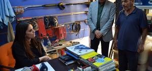 Bakan Sarıeroğlu, Adana'da spor ayakkabılarıyla esnafı ziyaret etti Çalışma ve Sosyal Güvenlik Bakanı Jülide Sarıeroğlu, topuklu ayakkabılarına veda edip, spor ayakkabılarını giyerek Adana'dan seçim çalışmaları için start verdi
