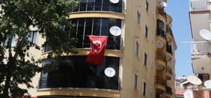 Hastaneye kızıp çatıya çıktılar 2 kafadarı polis güçlükle ikna etti