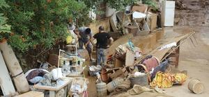 Sel felaketinde mağdur olan vatandaşlar yardım eli bekliyor Evlerini çamurlu su basan vatandaşlar 24 saattir temizlik yapıyor