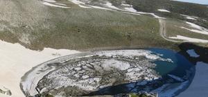 (Özel Haber) Uludağ'da düşen çığ gölü buza çevirdi Marmara bölgesin en yüksek dağı olan Uludağ'da bulunan 7 göllerden Karagöl, düşen çık sonucu buza döndü