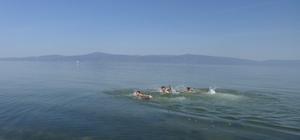 Mudanya'da gençler serinlemek için kendilerini denize bıraktılar