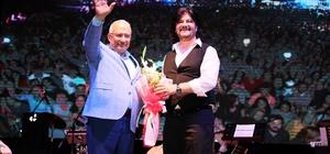 Mersin'de Ahmet Şafak konseri Ramazan etkinlikleri kapsamında sahne alan ünlü sanatçı Ahmet Şafak, yıllardır  hazırlığını yaptığı ilk sinema filminin çekimlerinin Mersin'de gerçekleştirileceğini  söyledi
