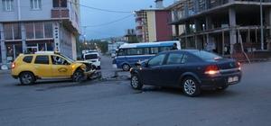 Ardahan'da ticari taksi ile otomobil çarpıştı: 5 yaralı