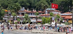 Akyaka günübirlik tatilci akınına uğradı Gökova Körfezi'nde bulunan, Türkiye'nin 10 'Sakin Şehri'nden (Citteslow) birisi olan Akyaka Mahallesi, hava sıcaklığının 25 dereceye yükselmesini fırsat bilen günübirlik tatilcilerin akınına uğradı.