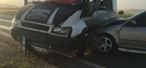 Otomobil ile minibüs çarpıştı: 2 yaralı