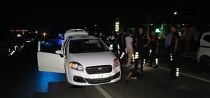 Önce evi kurşunlandılar sonra polisten kaçmak isterken kıskıvrak yakalandılar Adana'da evi kurşunlayıp araçlarıyla kaçmak isteyen şahıslar 20 kilometrelik kovalama sonrasında yola atılan kapan sonucunda yakalandılar